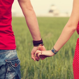 couple-holding-hands_1004-14[1]